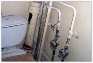 Включаем фантазию и закрываем трубы в туалете